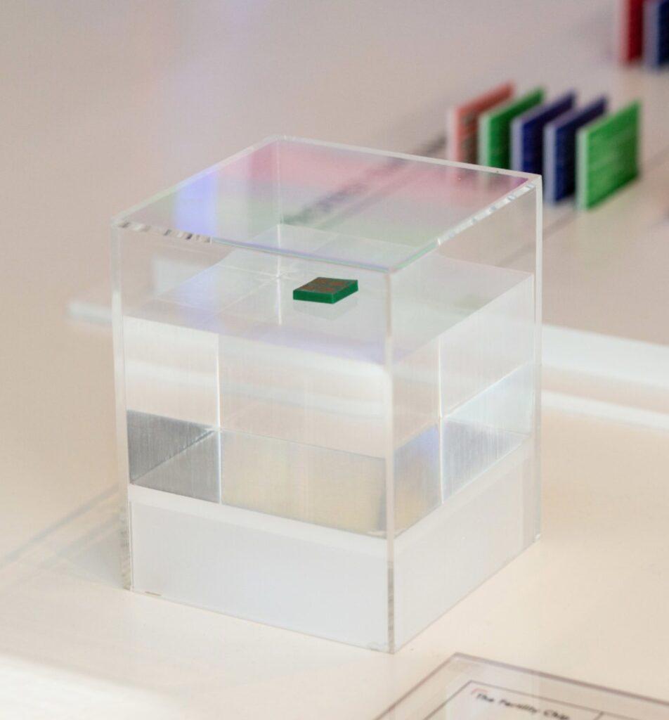 정육면체 하나가 몇 개의 층으로 나누어져 있는데, 바닥 부분은 반투명 하고 그 윗부분은 투명하고 다시 반투명한 부분이 있고, 가장 위에 투명한 부분이 있다. 가장 윗 층의 투명한 부분에는 마이크로 칩이 하나 놓여 있으며 본체는 초록색, 표면은 금색을 띈다.